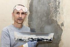 Hombre en los vidrios del edificio Foto de archivo libre de regalías