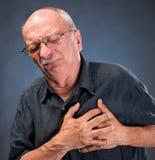Hombre en los vidrios que tienen un ataque del corazón foto de archivo libre de regalías