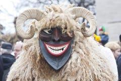 Hombre en máscara y traje imagen de archivo libre de regalías