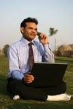 Hombre en móvil con la computadora portátil Foto de archivo