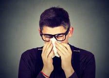 Hombre en mocos que soplan de estornudo de los vidrios Fotografía de archivo libre de regalías