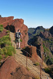 Hombre en montañas del ` s de Madeira Imágenes de archivo libres de regalías