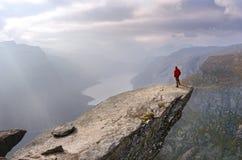 Hombre en montañas, Noruega Imagen de archivo