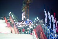 Hombre en moto de nieve en el aire Foto de archivo libre de regalías
