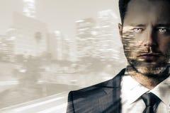 Hombre en multiexposure del fondo de la ciudad imagen de archivo libre de regalías