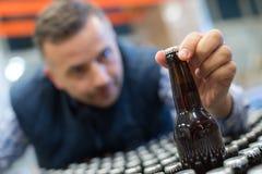 Hombre en museo de la cervecería fotos de archivo libres de regalías