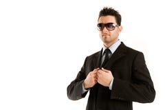 Hombre en negro con las gafas de sol Fotos de archivo libres de regalías