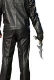 Hombre en negro con un cuchillo antiguo Imágenes de archivo libres de regalías