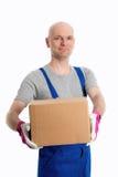 Hombre en pantalones de la aleta con cartulina delante del fondo blanco imagen de archivo libre de regalías