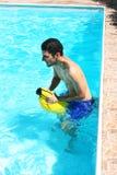 Hombre en piscina Imagen de archivo