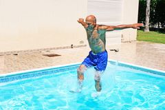 Hombre en piscina Fotos de archivo