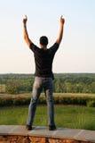 Hombre en postura de la victoria imagenes de archivo