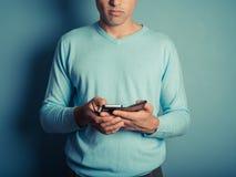 Hombre en puente azul usando el teléfono elegante Imagenes de archivo