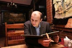 Hombre en restaurante Imagen de archivo libre de regalías