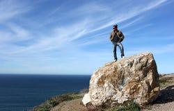 Hombre en roca fotos de archivo libres de regalías