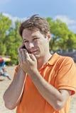 Hombre en ropa anaranjada Imagenes de archivo