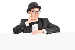 Hombre en ropa de moda detrás de un panel Foto de archivo libre de regalías