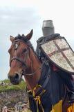 Hombre en ropa histórica medieval a caballo Imagen de archivo libre de regalías