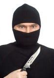 Hombre en ropa negra con un cuchillo. Fotos de archivo libres de regalías
