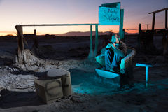 Hombre en ruinas que mira la televisión Foto de archivo