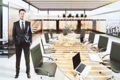 Hombre en sala de conferencias moderna con muebles Imagenes de archivo
