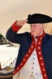 Hombre en saludos del traje de la guerra de revolucionario americano Foto de archivo