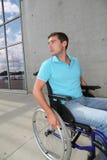 Hombre en sillón de ruedas Fotos de archivo