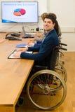 Hombre en silla de ruedas durante la reunión de negocios fotografía de archivo libre de regalías