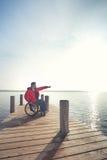 Hombre en silla de ruedas que goza de la playa fotografía de archivo libre de regalías
