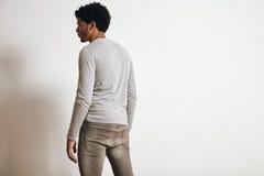 Hombre en sistema clotching gris de la maqueta del brezo en blanco Foto de archivo libre de regalías