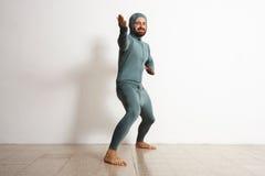 Hombre en sistema termal del traje del ninja del desgaste del baselayer Foto de archivo