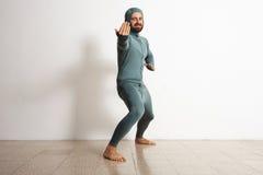 Hombre en sistema termal del traje del ninja del desgaste del baselayer Imagen de archivo