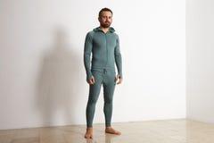 Hombre en sistema termal del traje del ninja del desgaste del baselayer Fotos de archivo libres de regalías