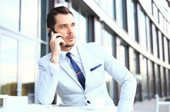 Hombre en smartphone - hombre de negocios joven que habla en el teléfono elegante Hombre de negocios profesional urbano casual us Imagen de archivo