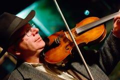 Hombre en sombrero con el violín Imagen de archivo libre de regalías