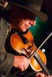Hombre en sombrero con el violín Imagenes de archivo