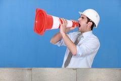 Hombre en sombrero de seguridad que grita Fotografía de archivo libre de regalías