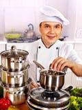 Hombre en sombrero del cocinero que cocina el pollo Imagen de archivo