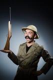 Hombre en sombrero del safari en la caza Imagenes de archivo
