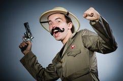 Hombre en sombrero del safari en la caza Imagen de archivo