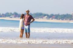 Hombre en sombrero en una playa foto de archivo