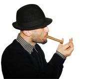 Hombre en sombrero negro con el cigarro Foto de archivo libre de regalías