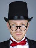 Hombre en sombrero superior con el arqueamiento Foto de archivo