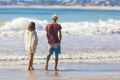 Hombre en sombrero y una muchacha en una playa foto de archivo libre de regalías