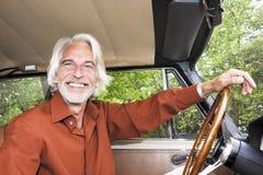 Hombre en su coche imagenes de archivo