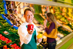 Hombre en supermercado como ayudante de departamento Fotos de archivo
