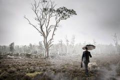 Hombre en técnicas mixtas de niebla del bosque Imágenes de archivo libres de regalías