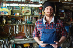 Hombre en taller Foto de archivo libre de regalías