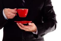 Hombre en taza de café negra del asimiento del juego Imagen de archivo