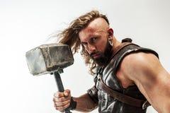Hombre en Thor cosplaying aislado en el fondo blanco del estudio fotografía de archivo